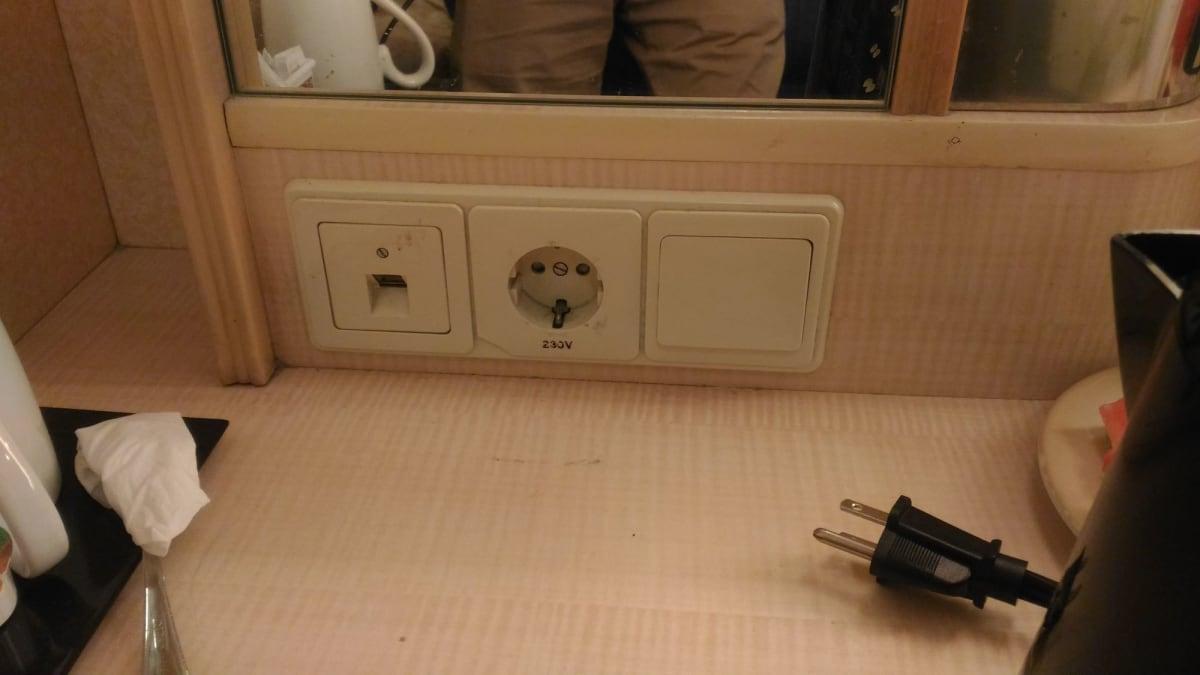 部屋のコンセント状況は重要。ヨーロッパ式の丸型二ピン、230V。