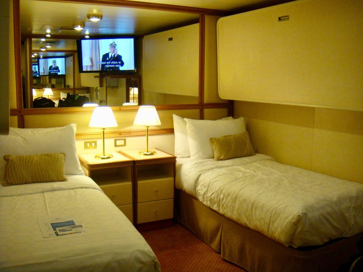 内側キャビン、3人部屋。昼間は上のベッドは収納されている。