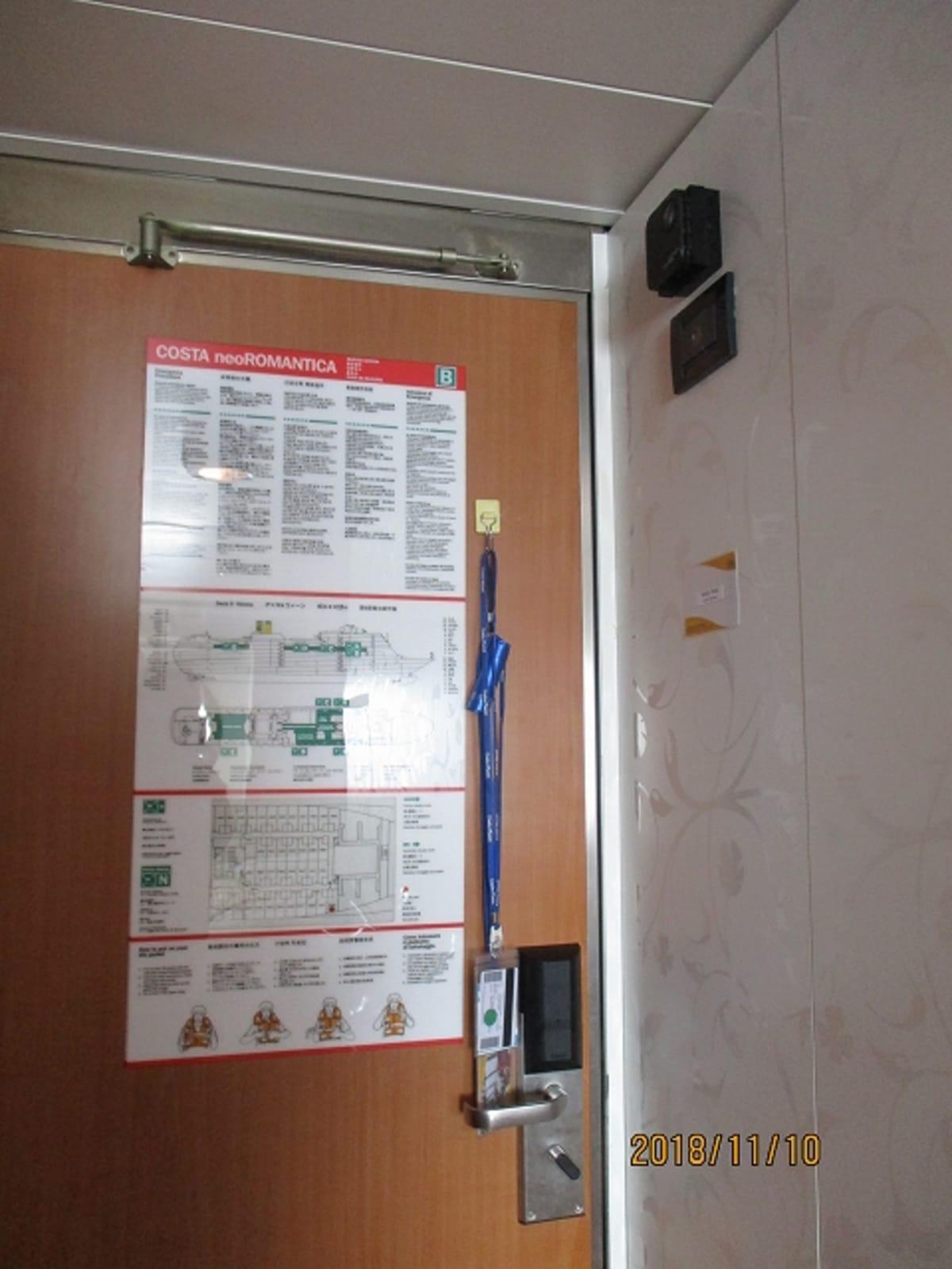 部屋の温度は低めに設定されていましたので、ドア内側、上部の温度調節で変更しました。  ドアの裏側にマグネット式フックを掛け、クルーズカードを部屋から出る際、忘れれないよう吊るしておきました。  部屋の外側にも、部屋番号を確認しなくても、すぐわかるように、目印にマグネットを乗船中、貼っていました。