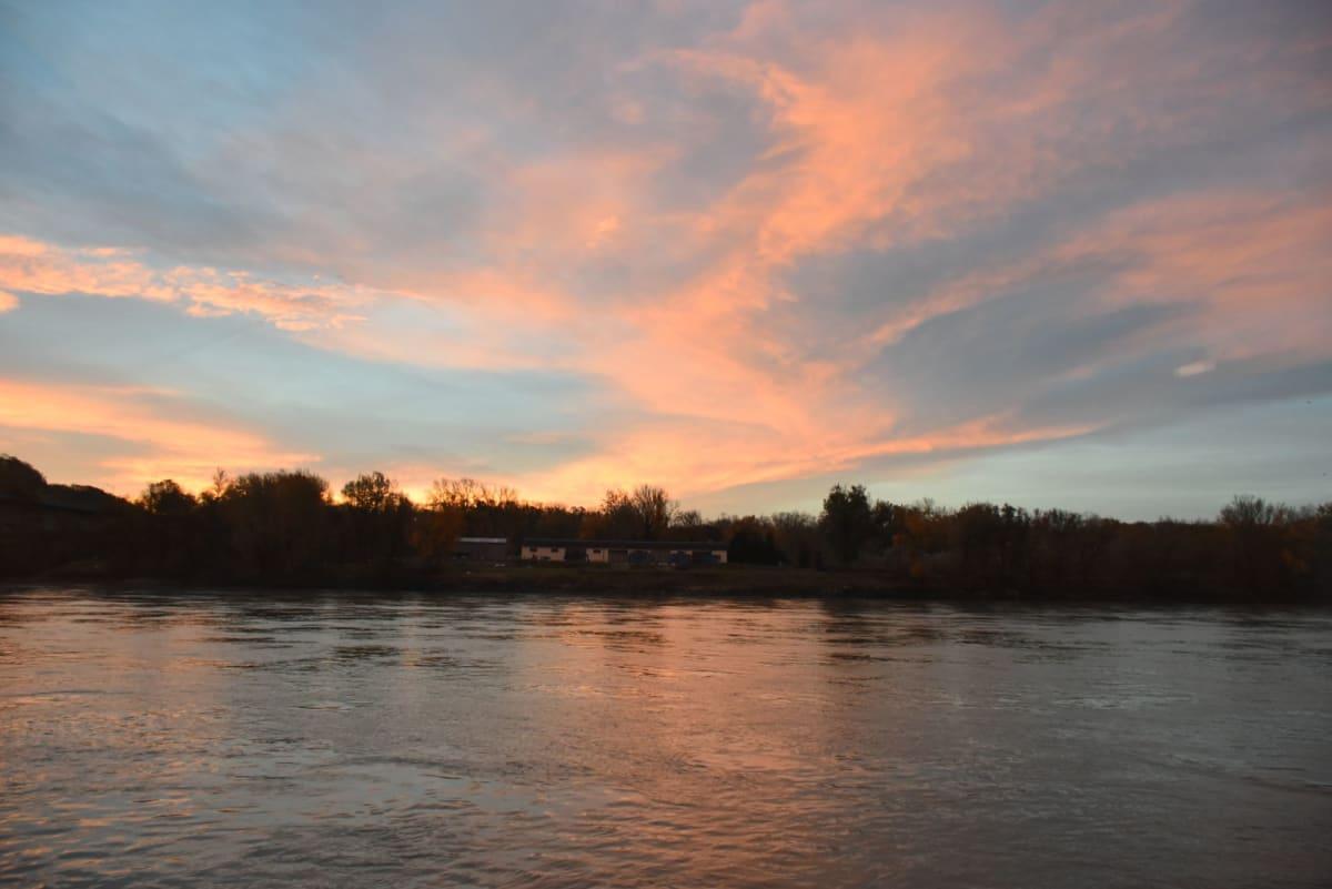 ドナウ川の朝焼け