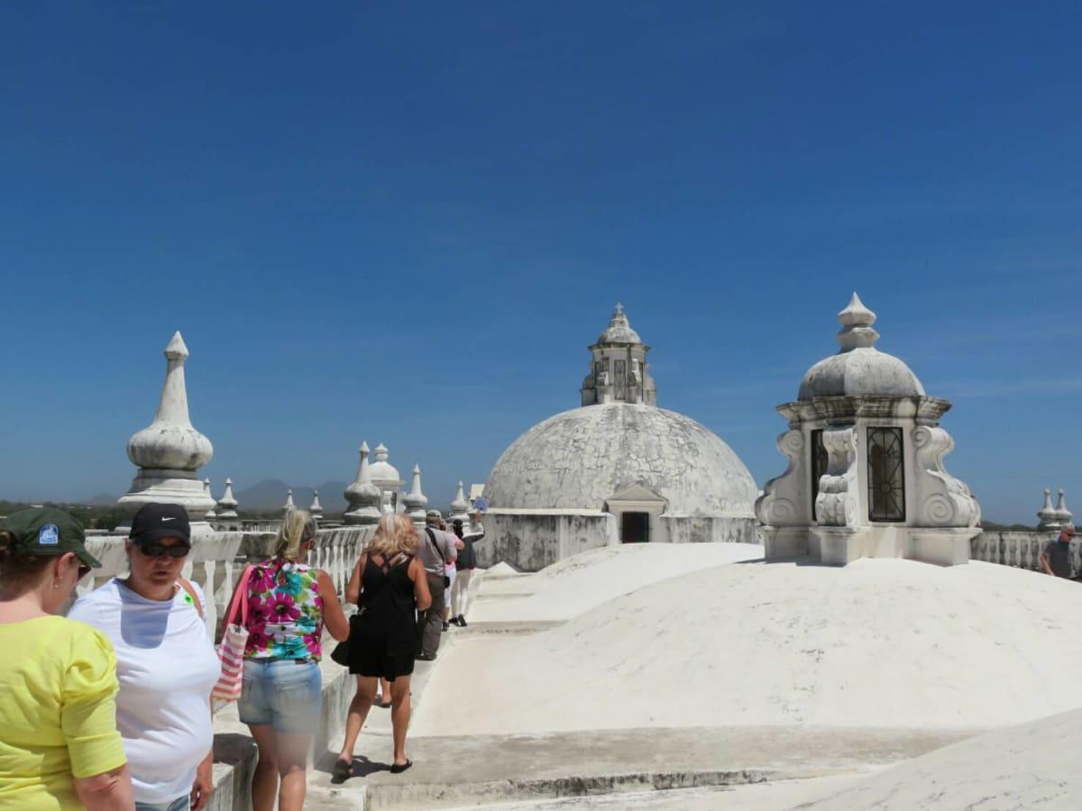 中米最大のアスシオン大聖堂の屋上から眺めるコリントの町とモモトンボ山