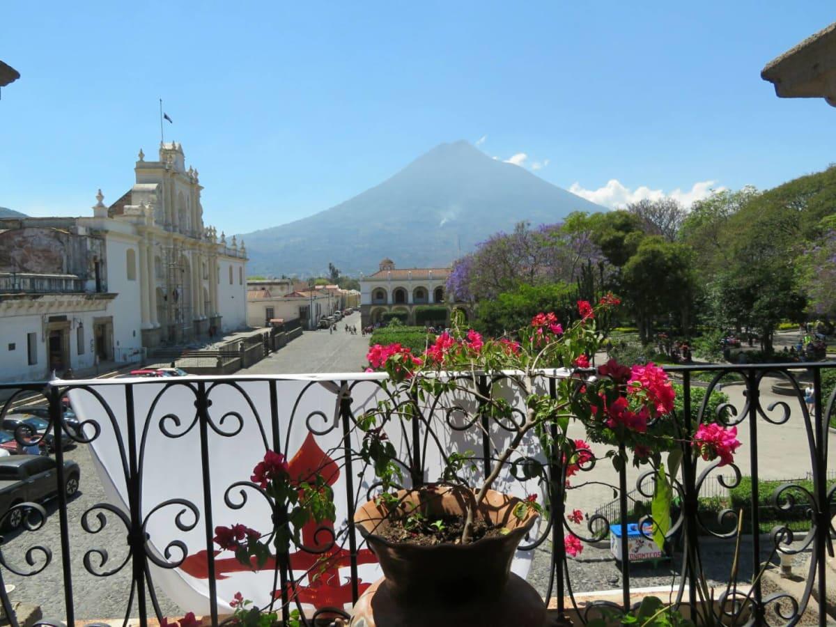 異国情緒溢れるアンティグアの街とアグア山〈富士山とほぼ同じ標高3766m)