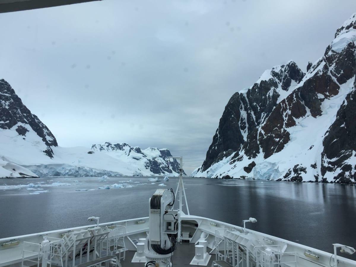 前日まで氷山が邪魔して、通れなかったルメール海峡。幅450メートルを無事に通過。