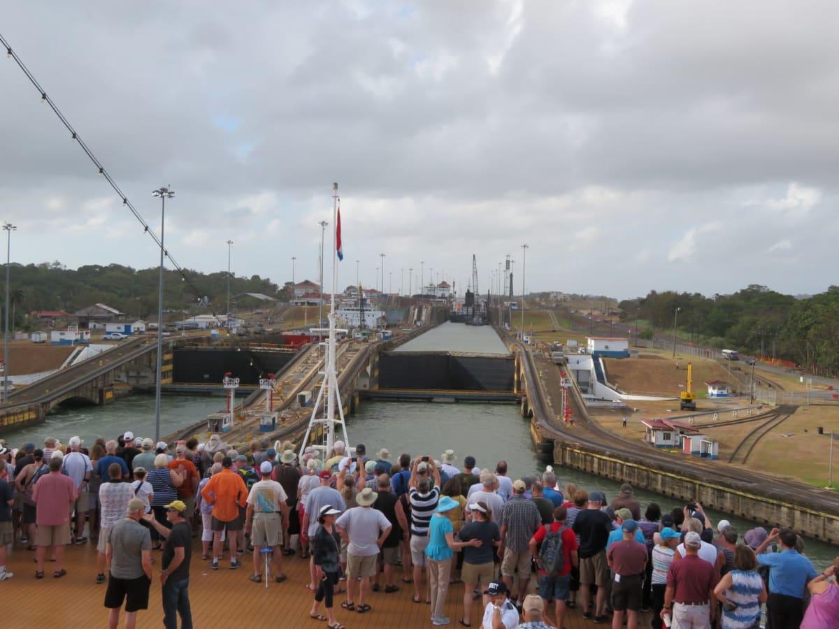 今回クルーズのハイライト・パナマ運河通過 パナマ運河ではバウが開放され、ガツンロックの3つのロック(閘門)を抜ける様子に見入る乗船客