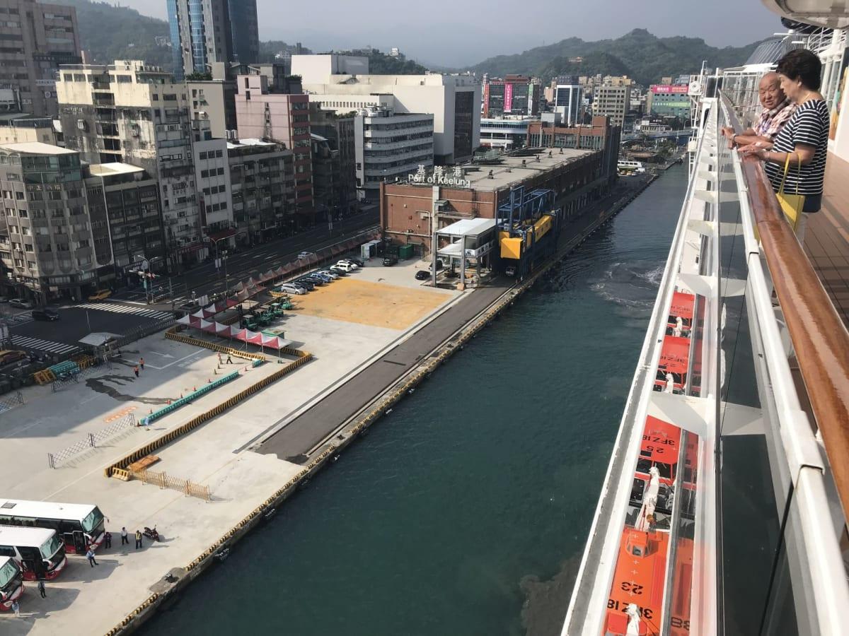 台湾の基隆港に着岸