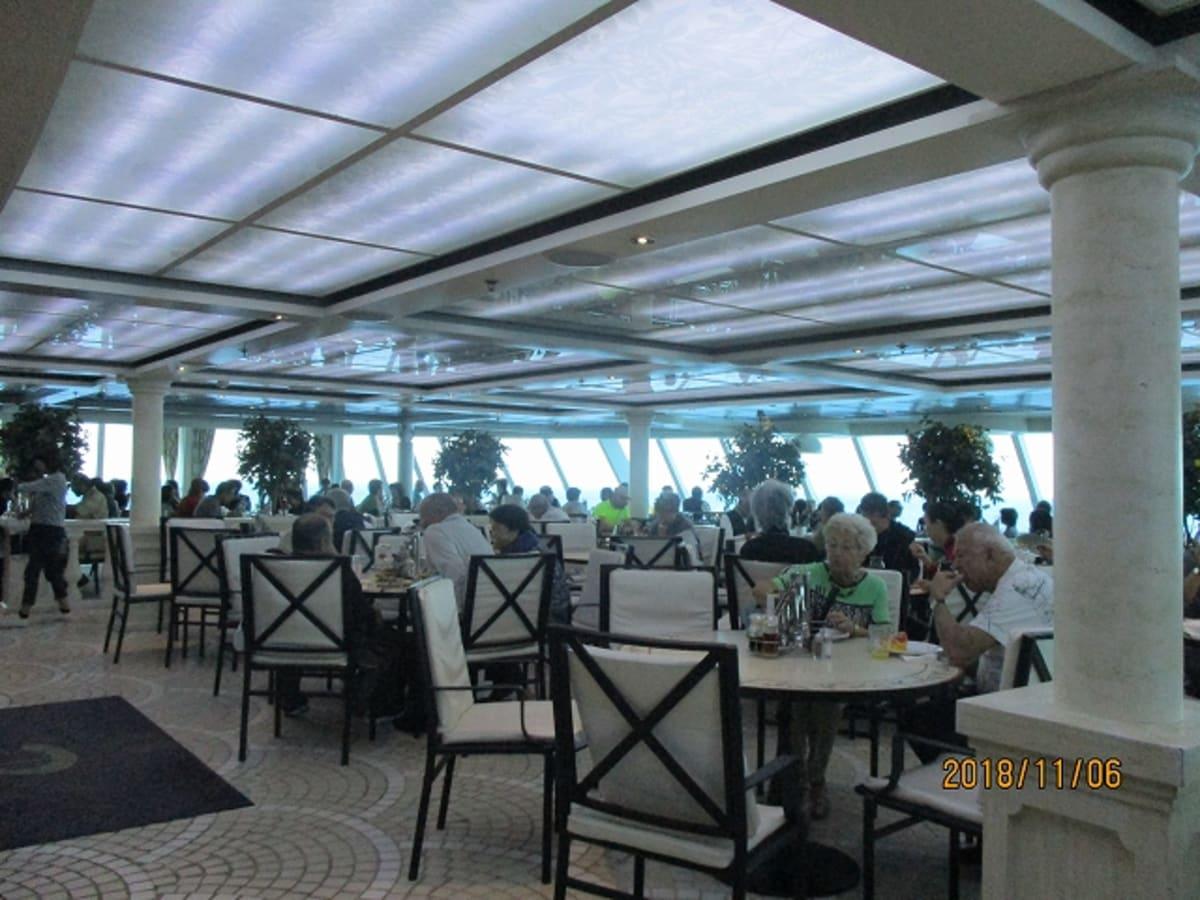 デッキ10の「ジャルディーノ」ブッフェレストラン   夕食は、デッキ8のメインレストランでフルコースの食事をいただきました。   この船では、席の指定は無く、毎晩違った方と食事の席につきました