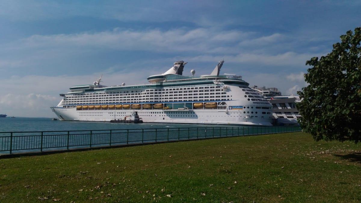 今回の船全景。 乗客四千人ぐらいの初期のメガシップだが、20年ぐらい前で古い。 個人的にはメガシップは初めてなので期待が大きい。