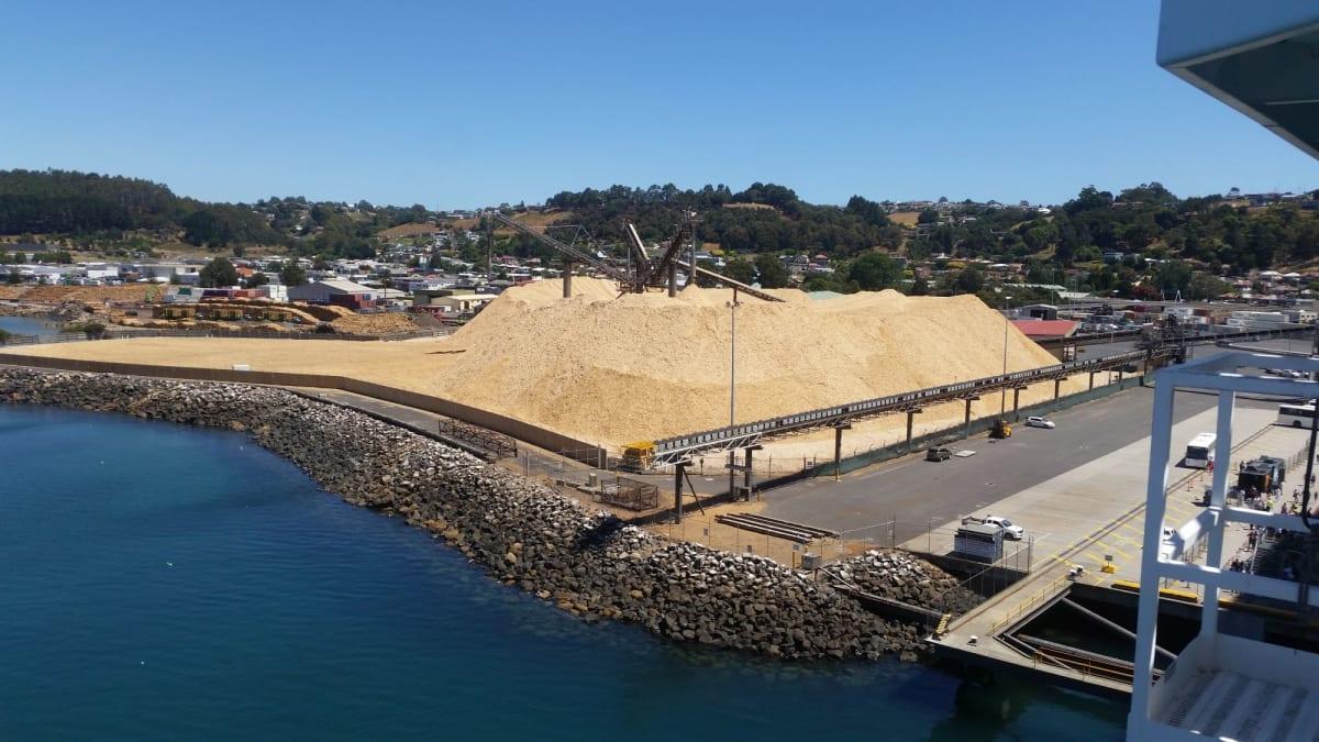 オーストラリア、タスマニア島のバーニーに到着。 製紙業で栄えた町で、輸出用の木材チップと思われる。