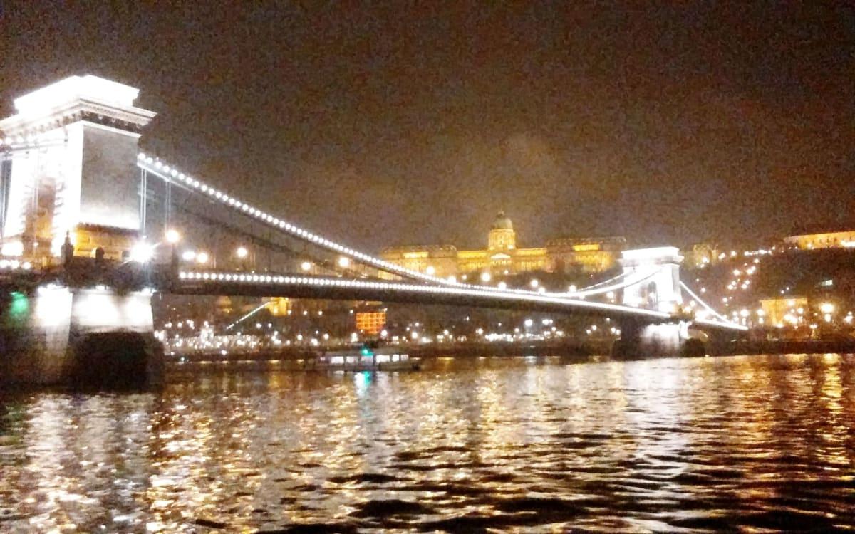 乗船日の今日、VIKING VILIはブタペストに一夜停泊。この景色がゆっくり見られるのも最高の贅沢です。