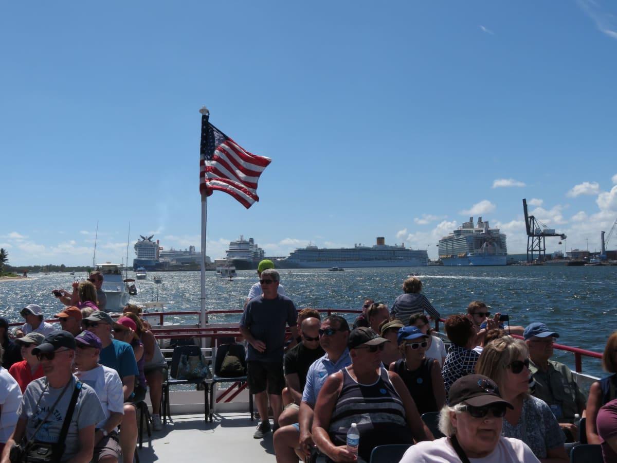 フォートローダーデールの遊覧船から眺める大型客船群 (左からセレブリティエッジ、ニューアムステルダム・ニュースタテンダム、コスタデリチョーザ、ハーモニー・オブ・ザ・シーズ) 写真枠外にはリーガル・プリンセスとセレブリティ・シルエットも停泊しており、まるで客船図鑑を見ているようだ。