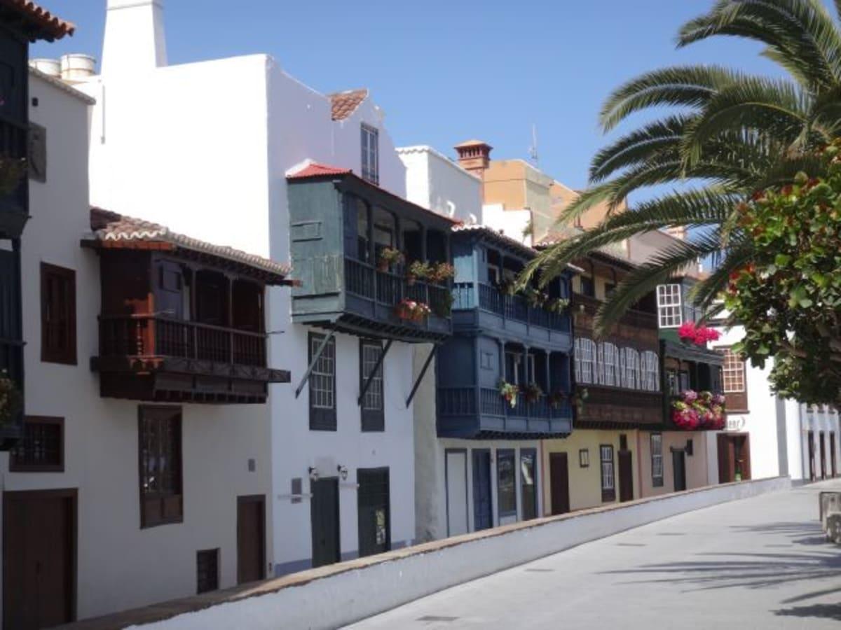 サンタ・クロス・デ・パロマ旧市街の「海岸通りのバルコニー」と呼ばれる家々。港から歩いて来ることができます。