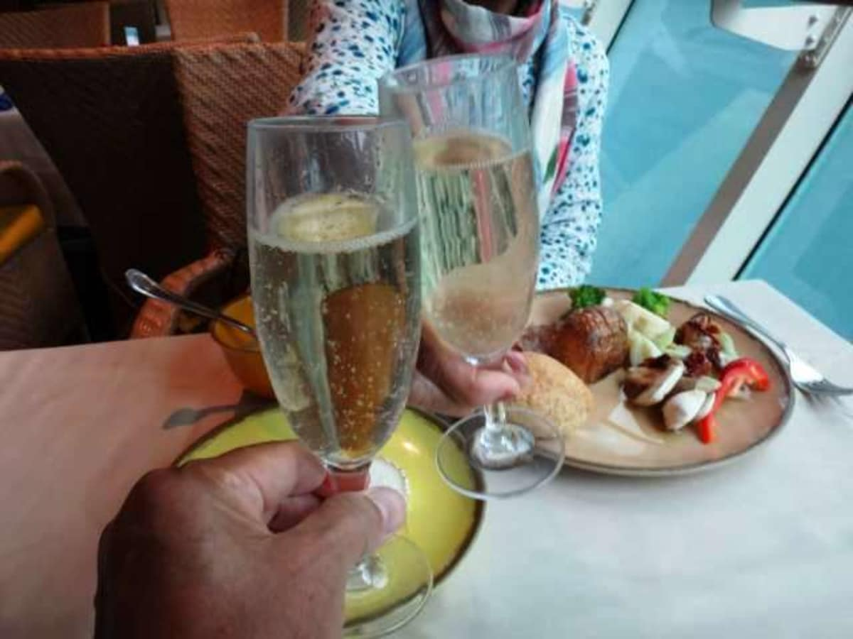 飲物代込みの船なので、カバ(スペインのスパークリングワイン)もOK。