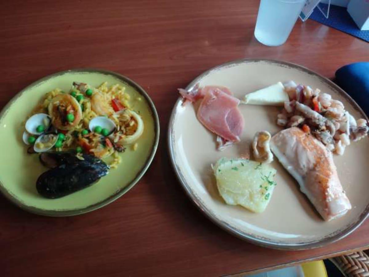 スペイン船なので、昼食ブッフェにはパエリアがいつもありました。もちろん本場の味。