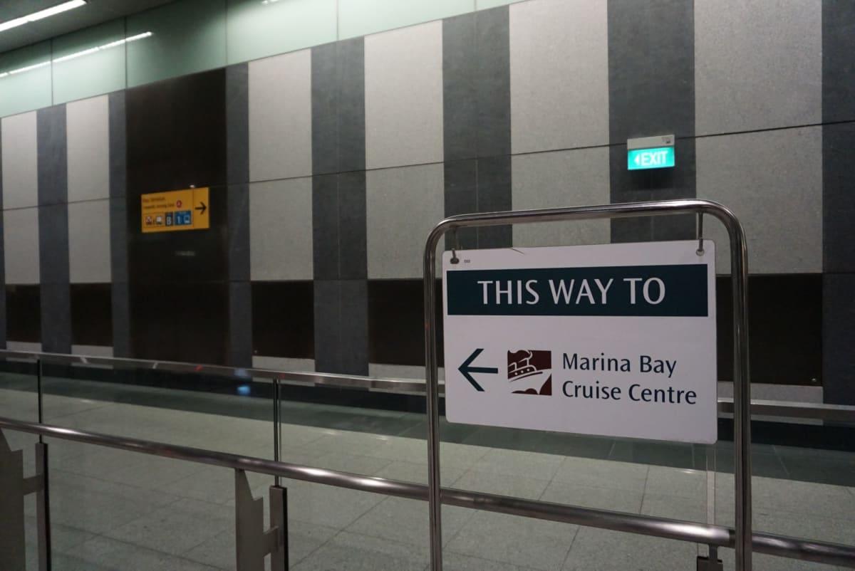 MRTマリーナサウスピア駅の改札手前の案内。 横浜の日本大通り駅よりはるかに親切。