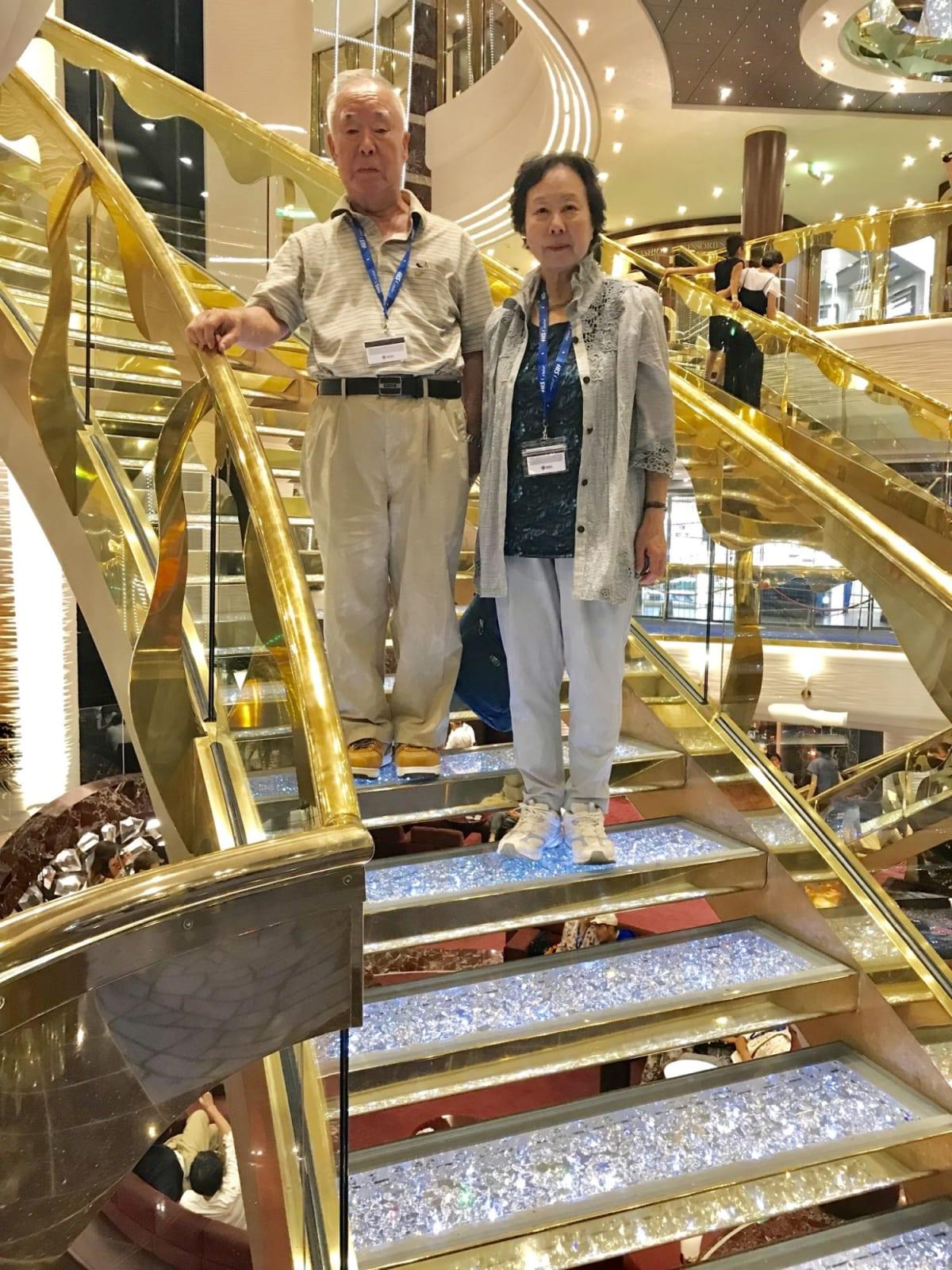 船内のゴージャスな階段はどこでも写真スポットだ