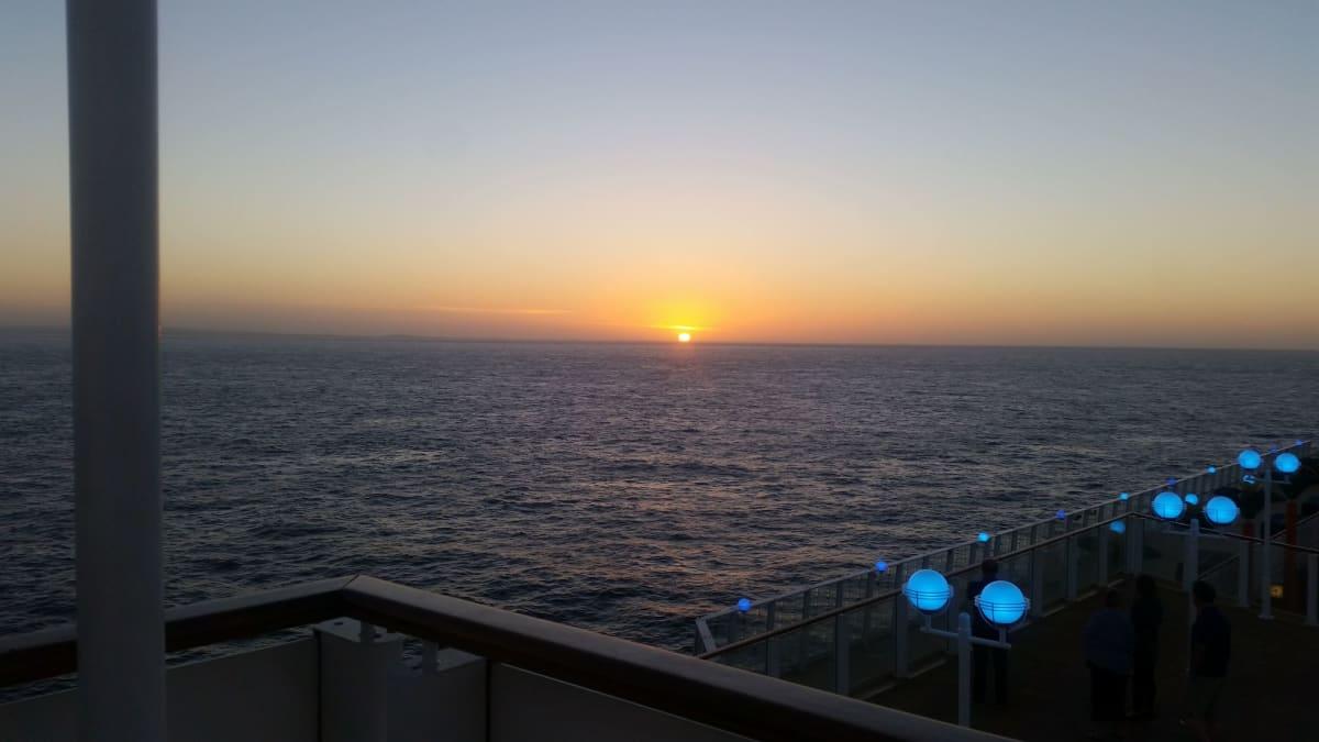 沈む夕日、船の照明もおしゃれ。