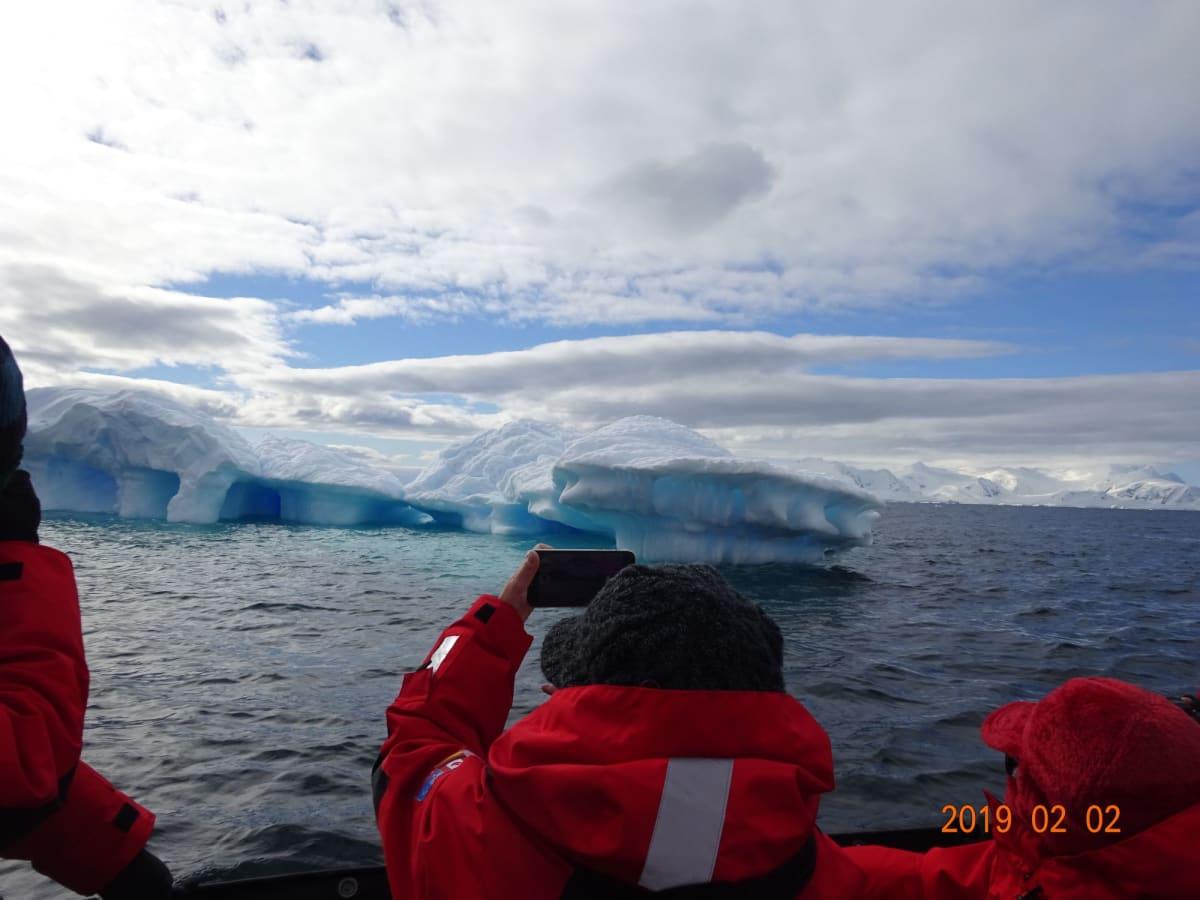 ゾディアッククルーズで、青い氷山を鑑賞。ひたすら美しい!