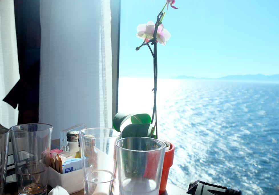ブッフェレストランの席にさえ、1テーブルごとに生花が飾られています。