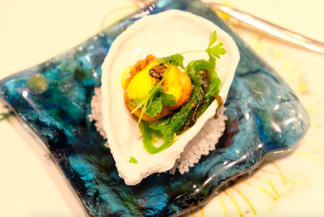 先付けはホタテと海藻の一品。和な味付けです。