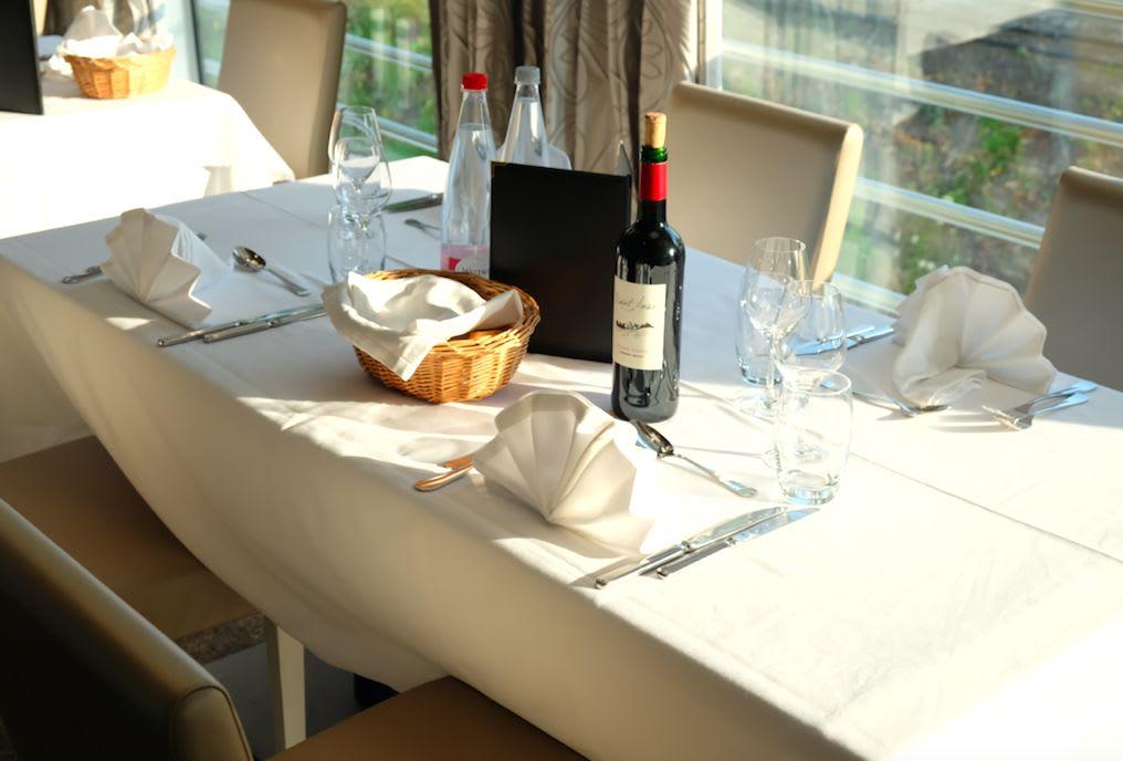 席は事前に割り振られています。食事中のアルコールもインクルーシブとなっていて、ワインやビールを食事に合わせて楽しむことが出来ます。