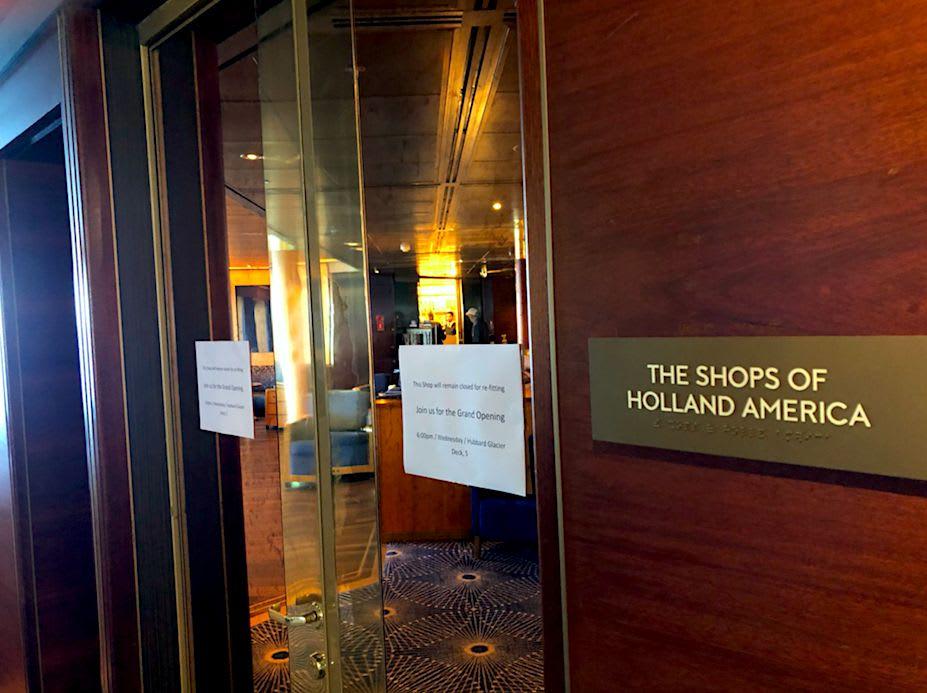 Holland America グッズのショップと、宝石などのショップは斜め向かい通しです