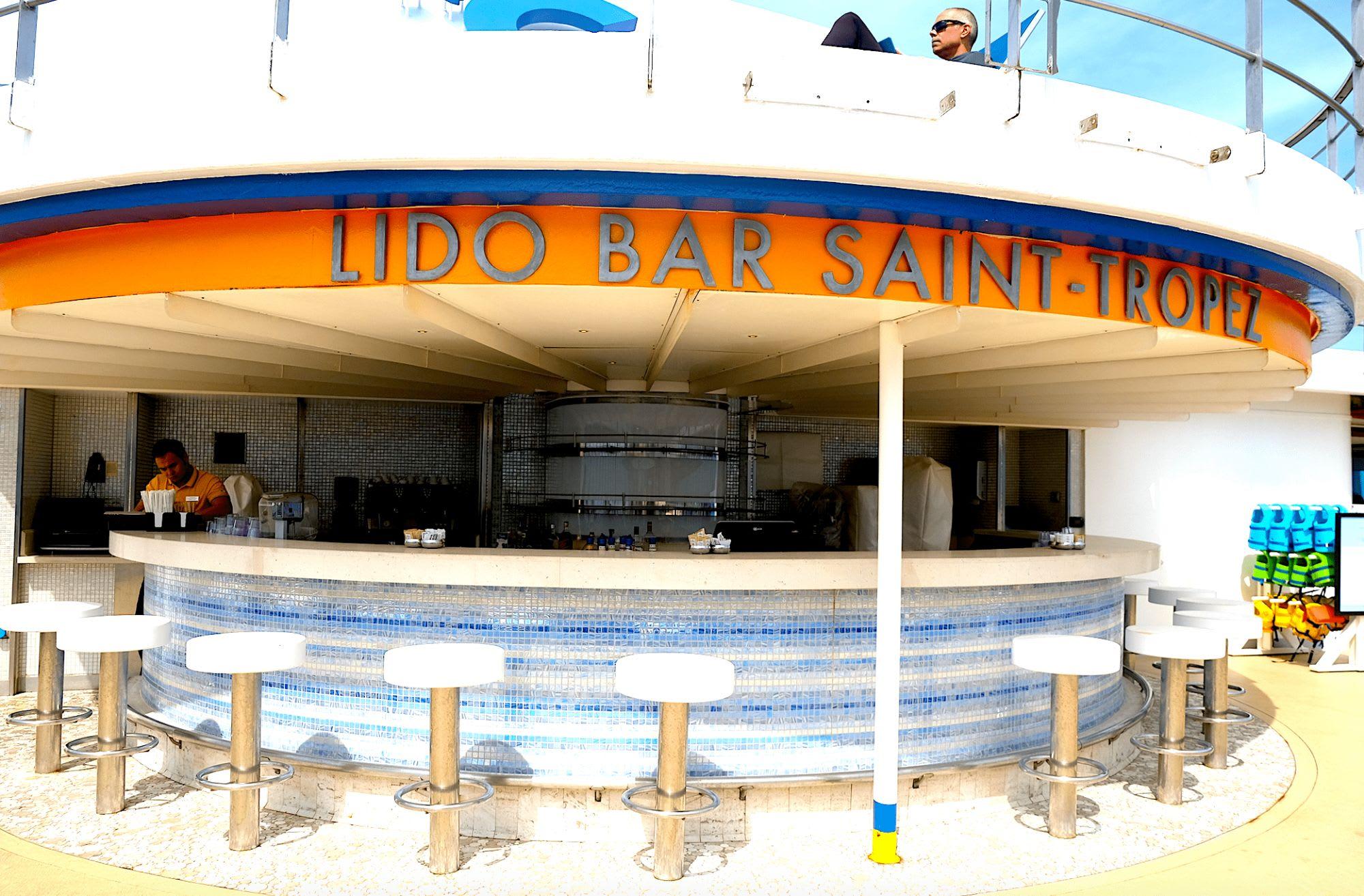 プールサイドにあるバー。いつもここが定位置のお客さんが大勢います。