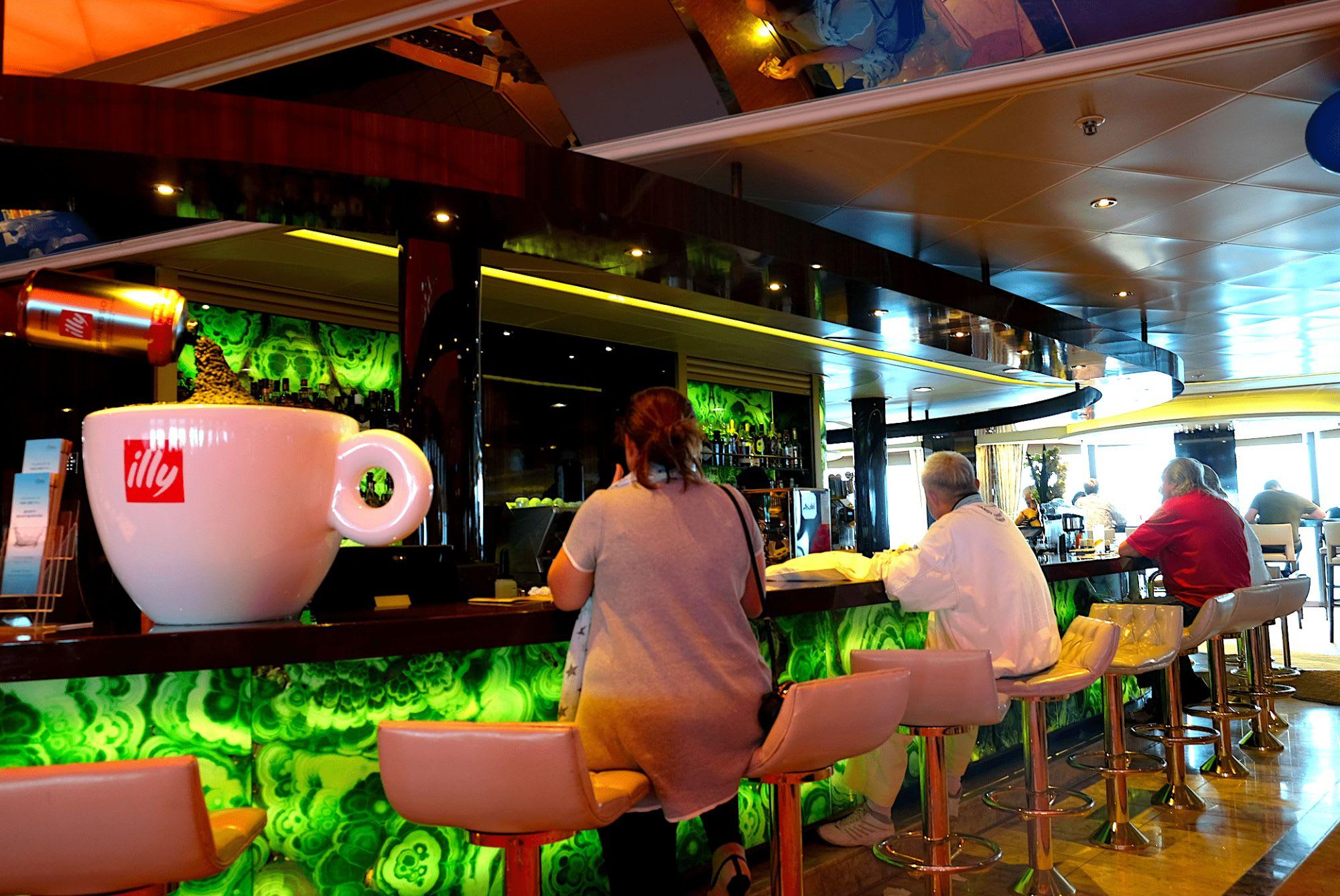 昼間でも人が集まり、コーヒーやお酒片手に話がいつも盛り上がっています。