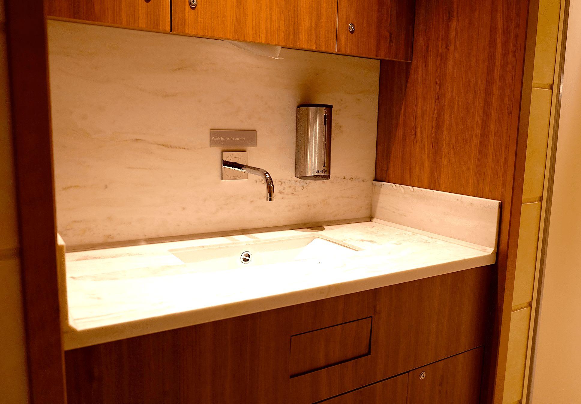 入り口には手洗い場所も完備