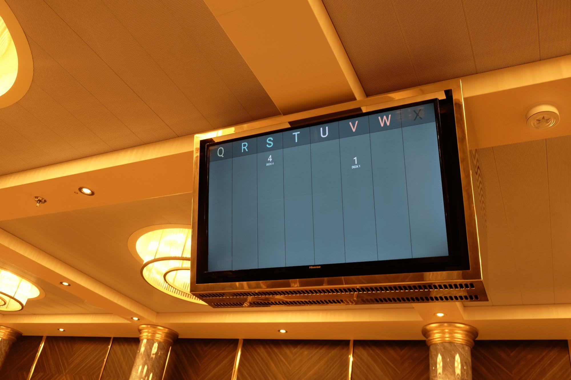 次にどちらのエレベーターが到着するか表示される最新式
