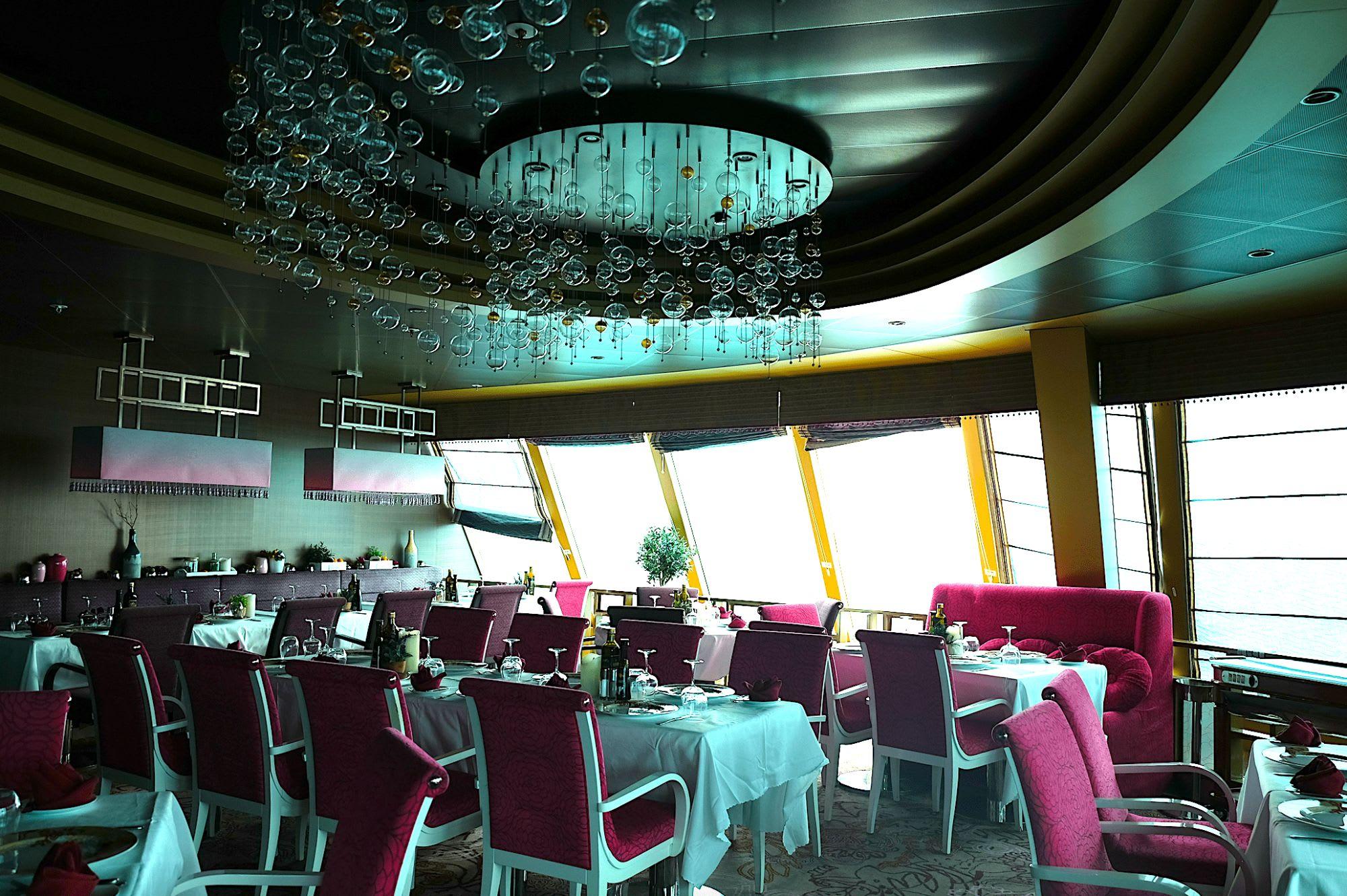 デッキ9の船尾の眺めの良い位置にあるレストランは開放的で大人な空間です。