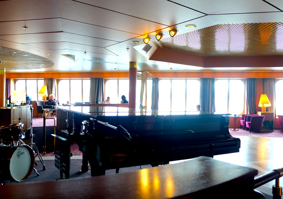 Barは海に面しているので美しい景色とお酒を一緒に楽しむ贅沢な時間をすごせます。