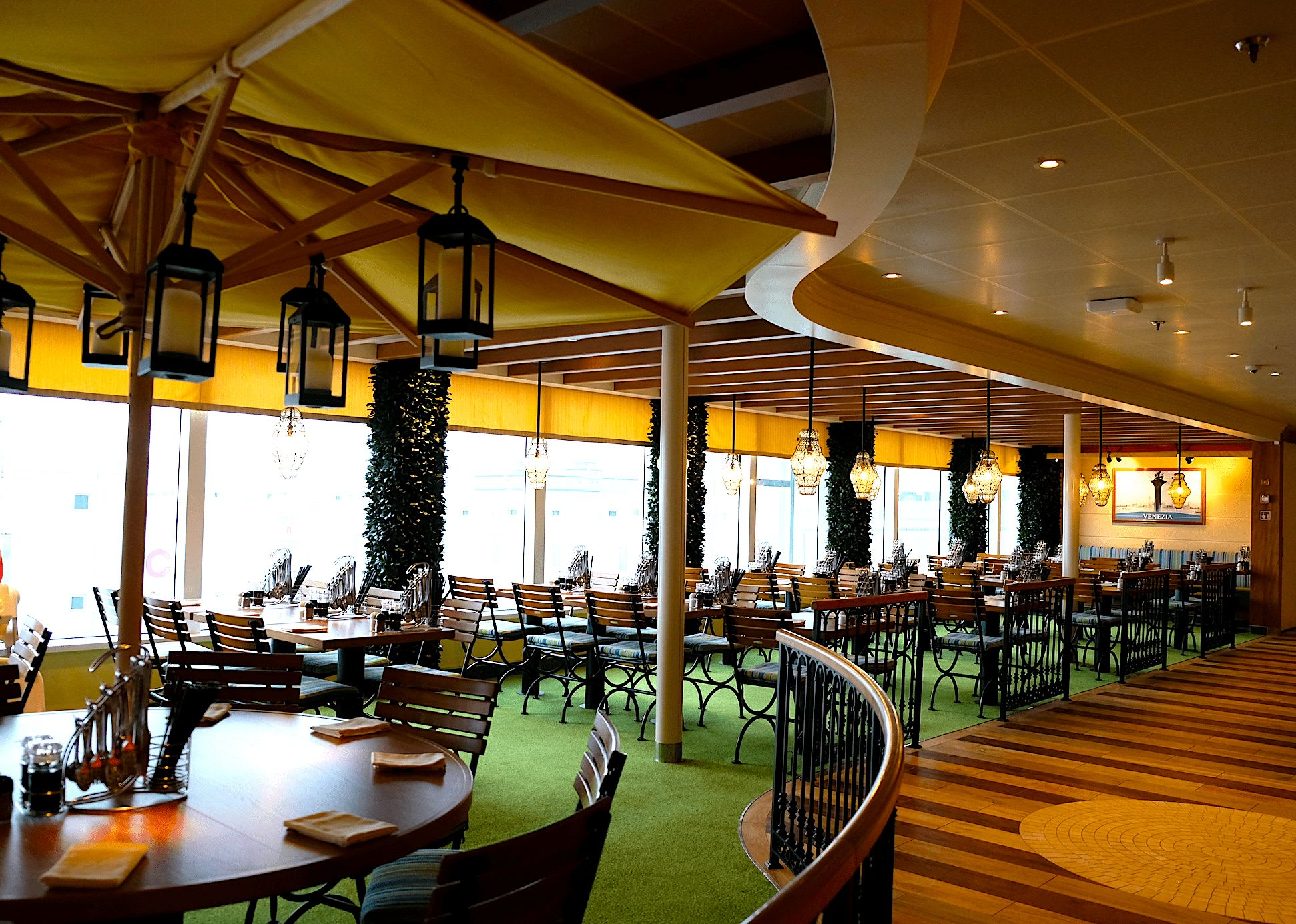 席はガーデン・レストラン風な開放的な空間が広がる