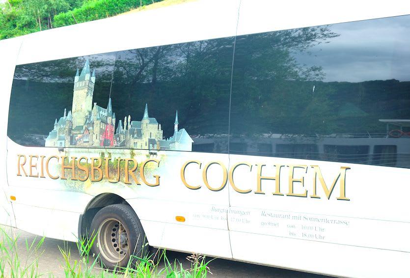 コッヘム城観光ツアーに参加します。バスで移動です。