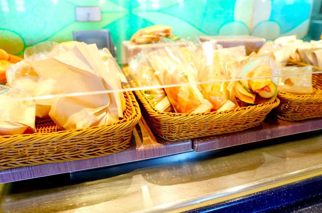 寄港地観光前やお夜食のタイミングには、袋詰めのサンドイッチも