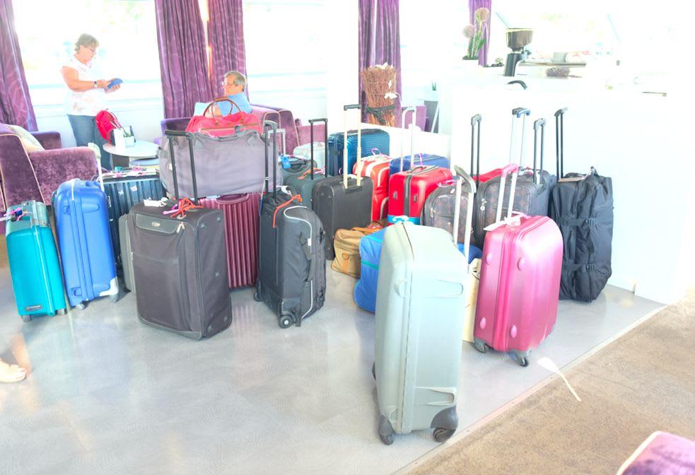バスで送迎のグループのスーツケース