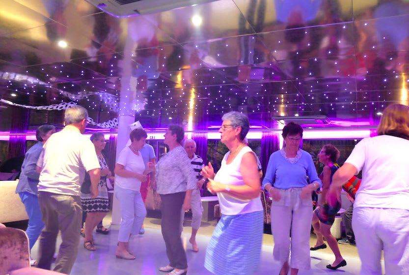 クルー・ショーが終わってもお客様はダンスをやめません