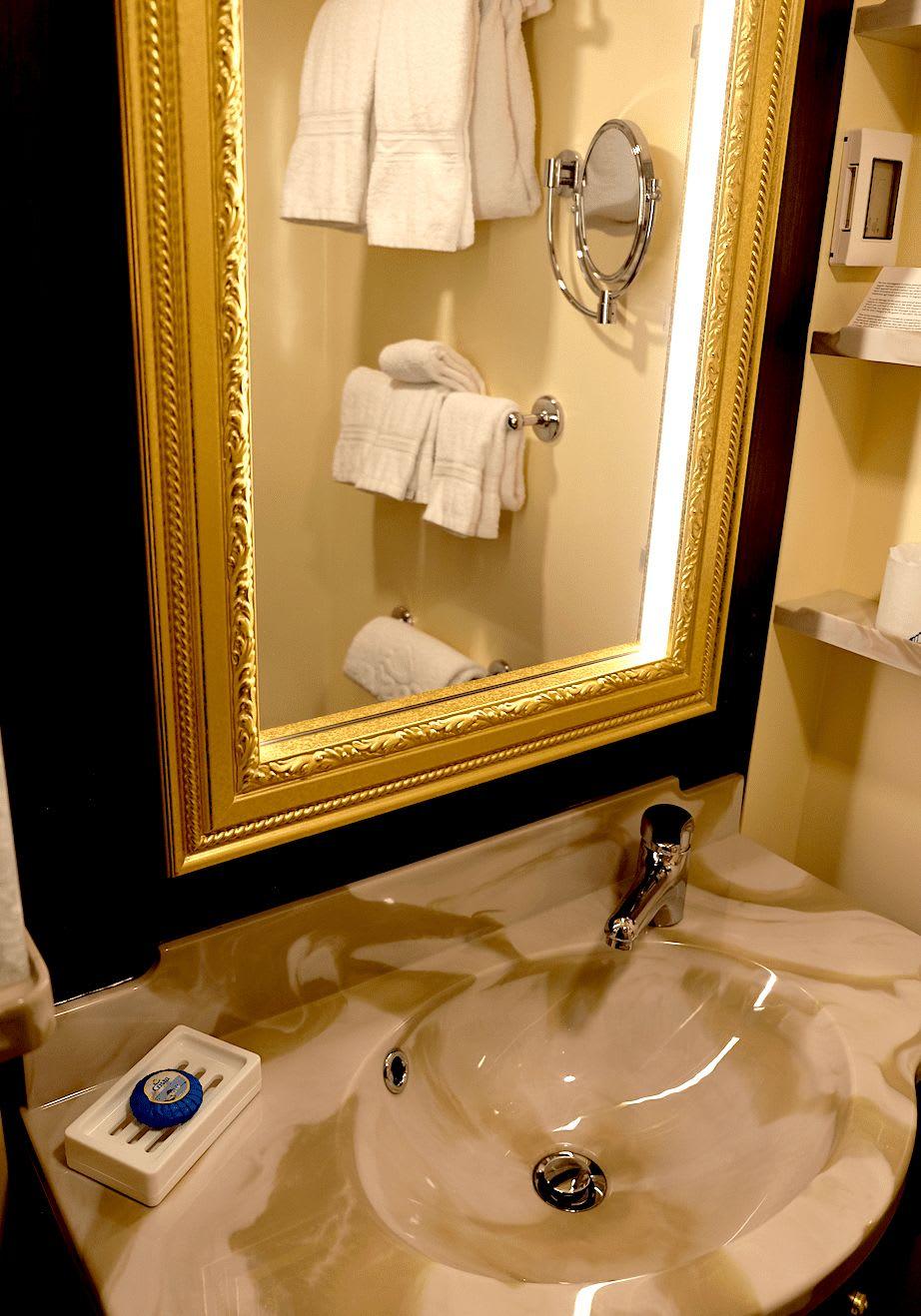 洗面所の鏡周りが明るくて女性には嬉しい