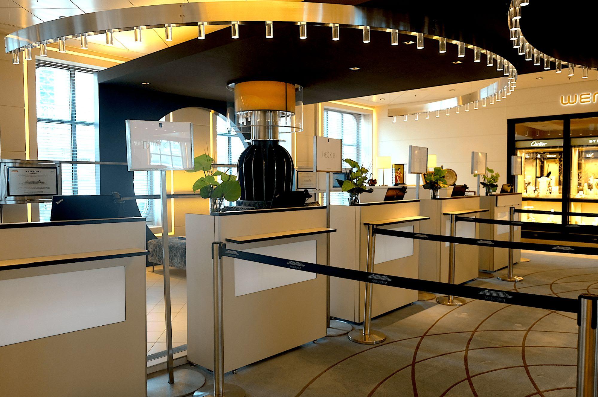 エントランスは高級ブティックホテルのような雰囲気でカウンターも高級感漂う