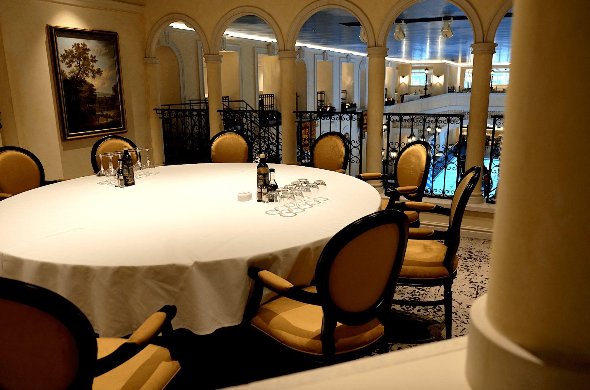 ポーチ席のような雰囲気の素敵なテーブル