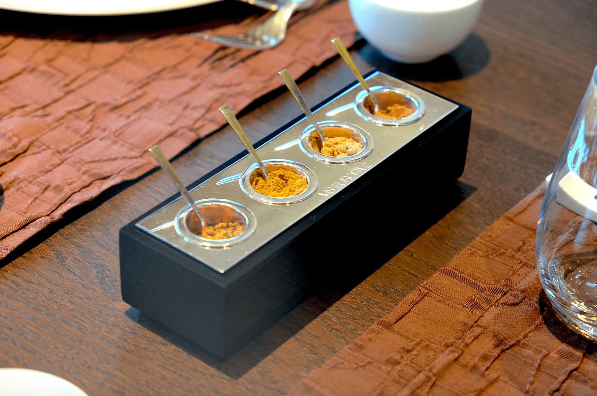 テーブルには必ず様々なスパイスが設置
