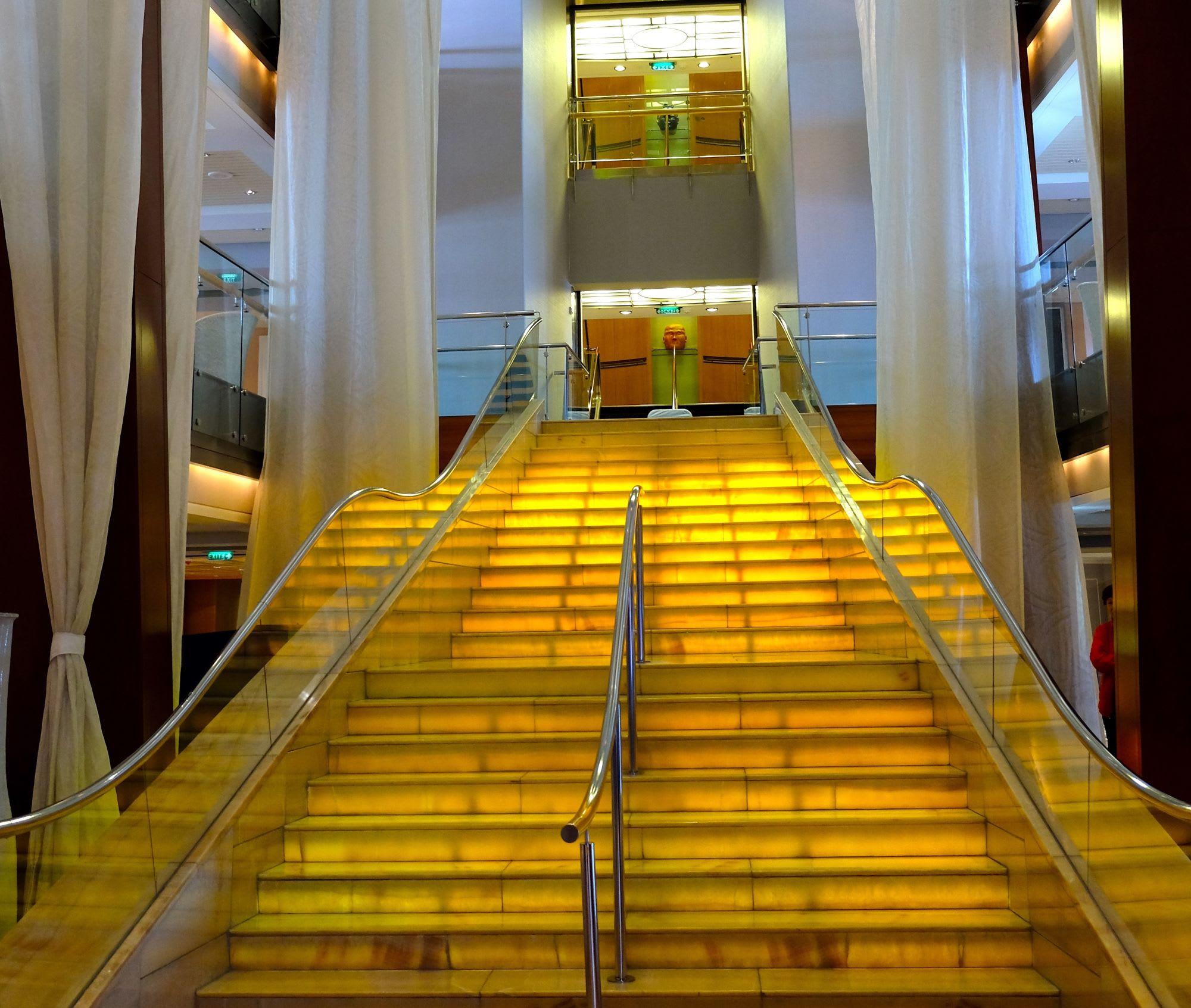 Deck3〜5を結ぶ大階段はエレガントな雰囲気のここグランド・フォイヤーは変わらない存在感