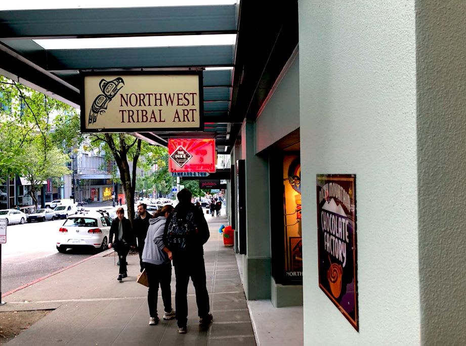 Pike Place Market内の「Northwest Tribal Art」というお土産やさん