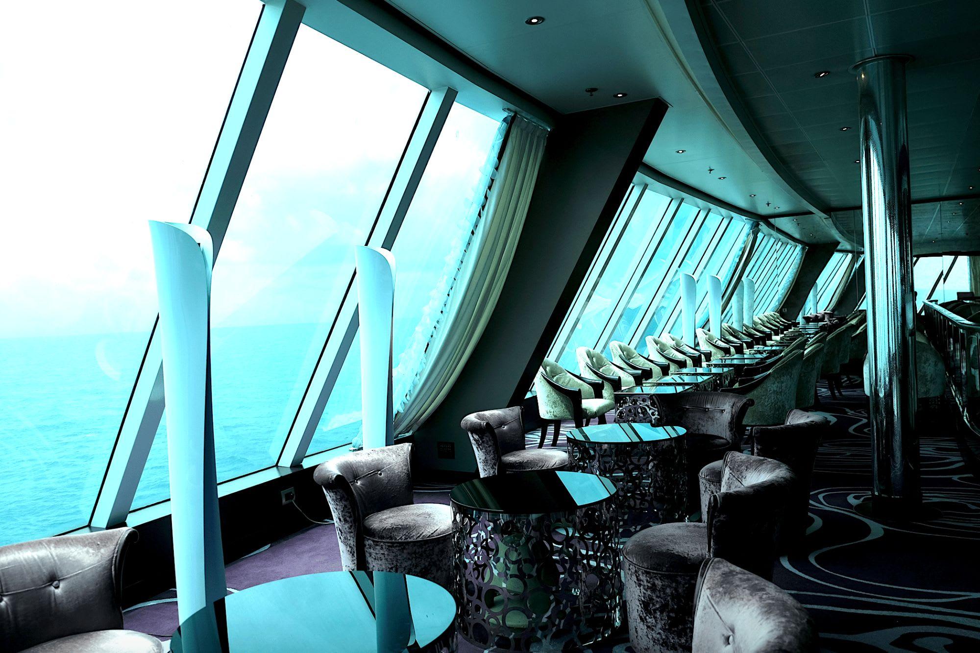 船尾に面した大きなガラス窓は海の動物をウォッチできる特等席かも