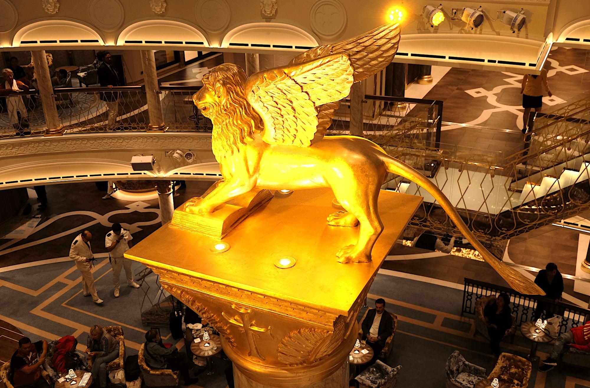 バー中央の金の獅子が神々しい