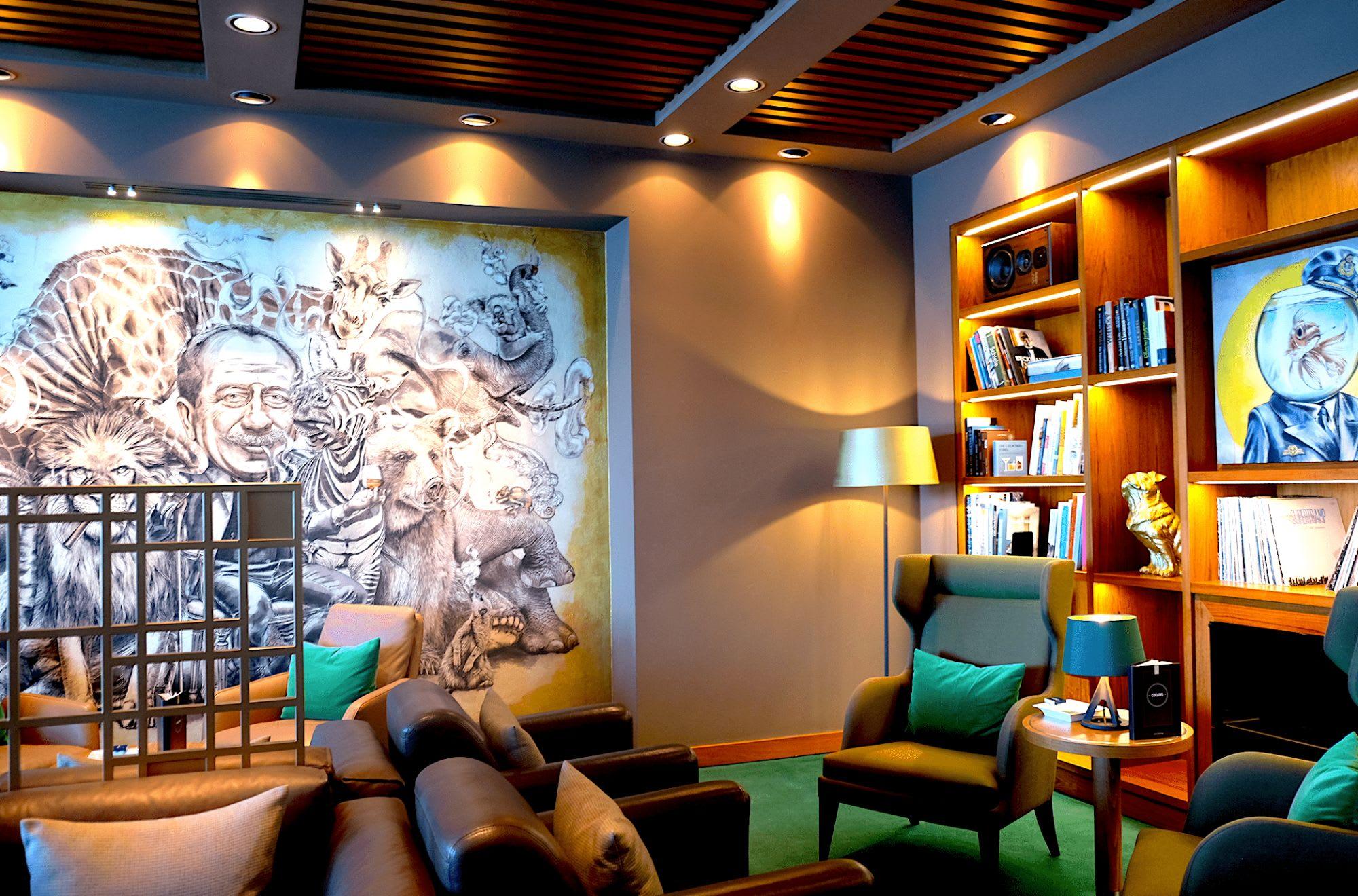 壁に描かれた不思議なアート作品の中で葉巻をお楽しみ