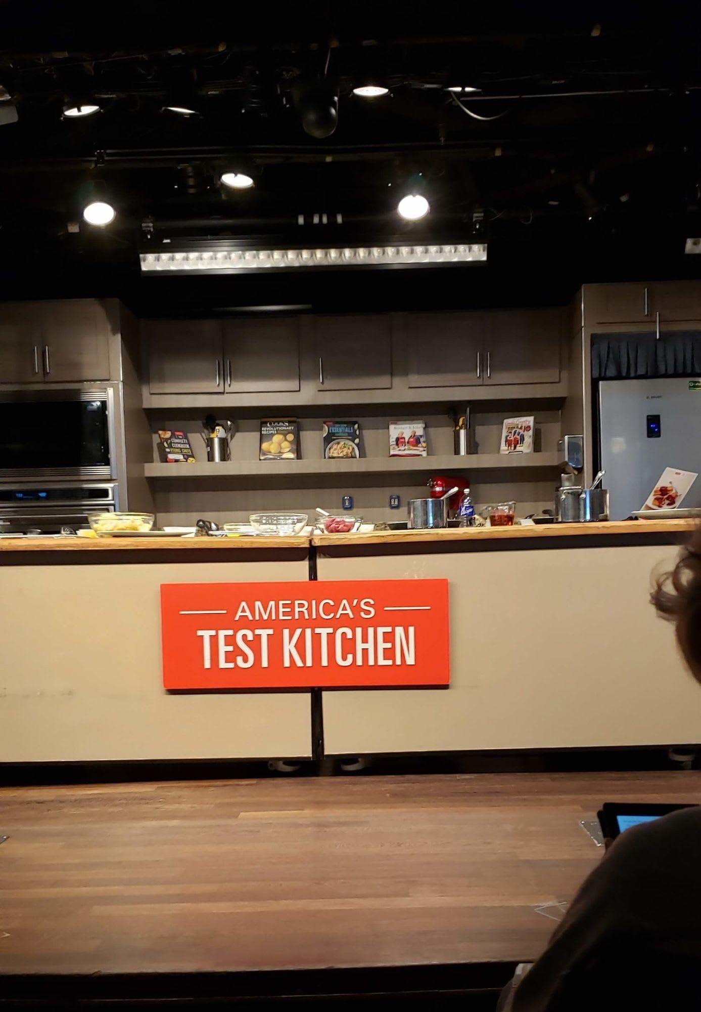 お料理ショーのスタジオ。レンジもオーブンも全部可動で、この場で出来上がります
