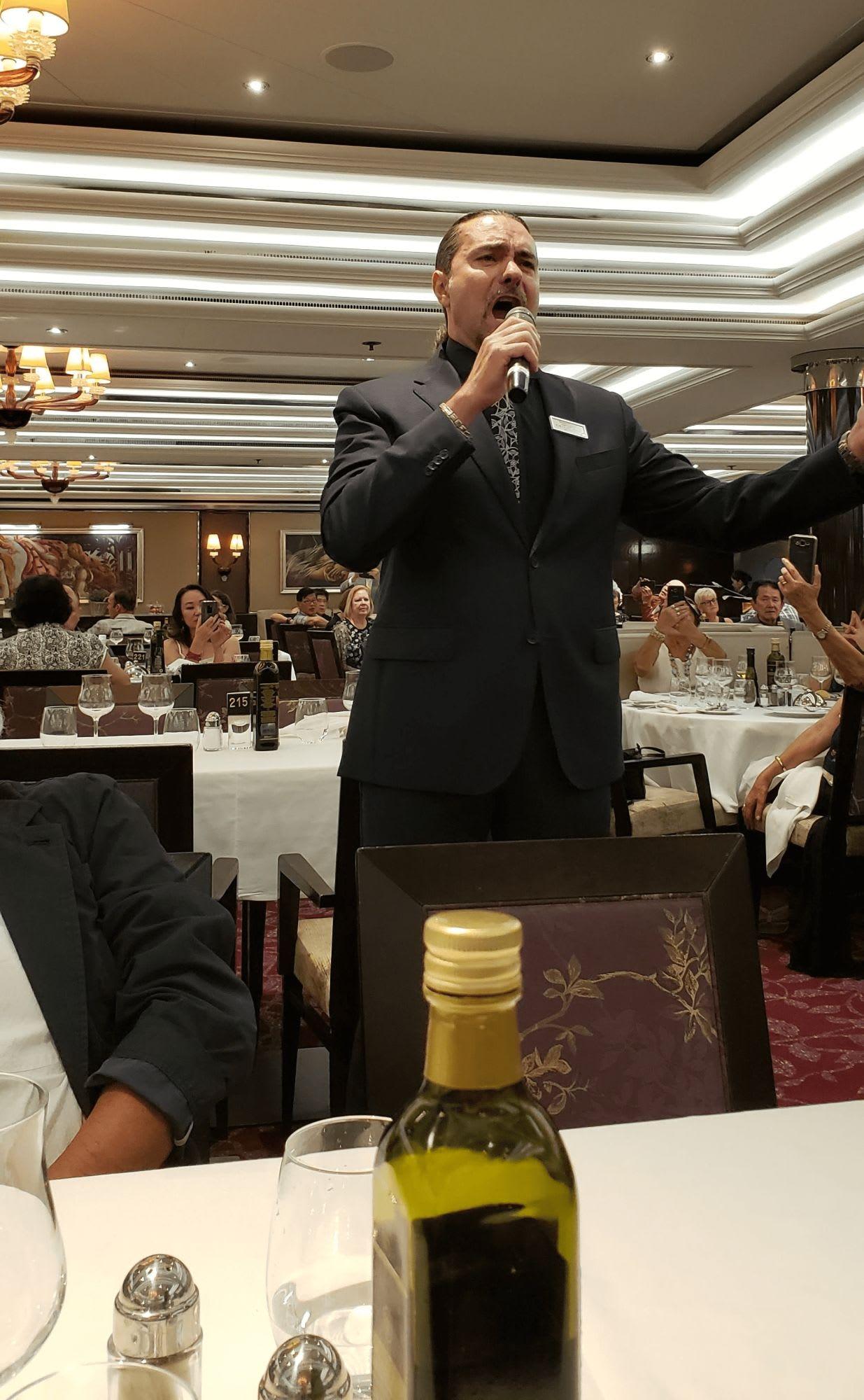 レストランで素晴らしい歌声を披露するジョバンニさん