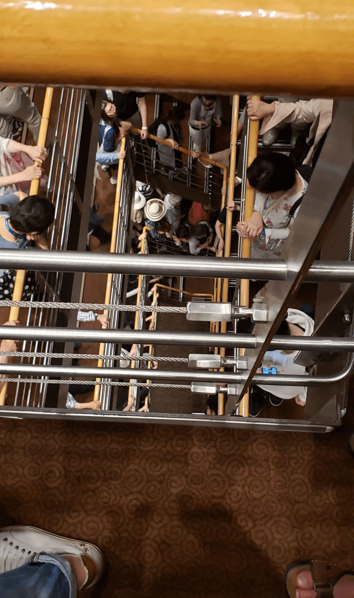下の階も見る限りに行列が続く