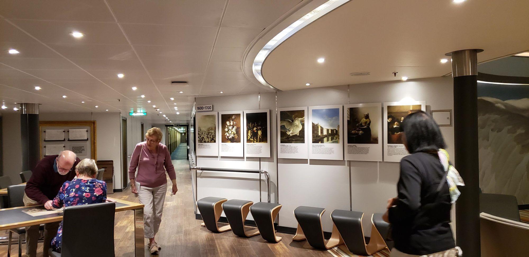 ミュージアムと銘打った空間 画集やパズル、塗り絵などが在ります