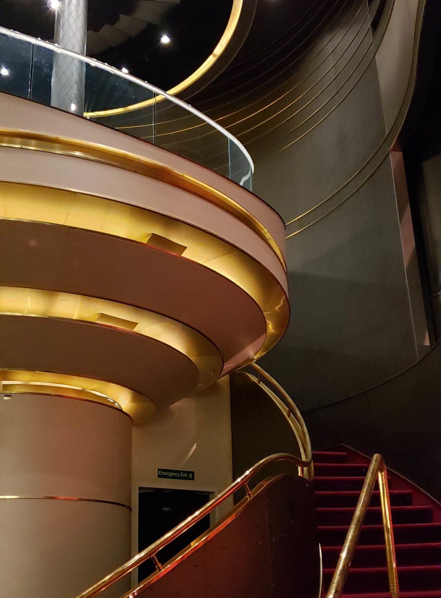 シアターの前方サイドの階段、上はボックス席のようになっています